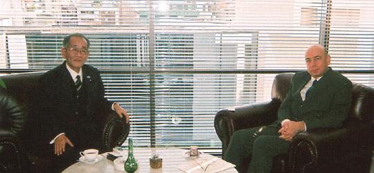 面談する埴岡副理事長とアタジャンル駐日トルコ大使