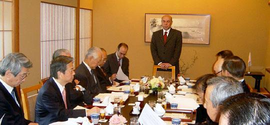 立ってあいさつのアタジャンル駐日トルコ大使、その左はブリゲル在日トルコ大使館顧問