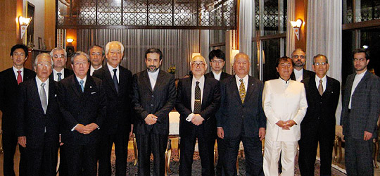 前列の左から4人目がアラグチ駐日イラン大使、その右は片倉日中東委員長代行=大使公邸