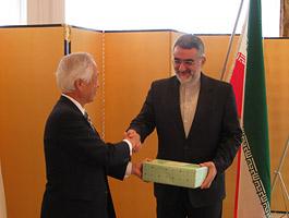 懇談後は記念品を交換の小長啓一日中東委員長とボルジェルディ・イラン国家安全保障外交委員長(右)
