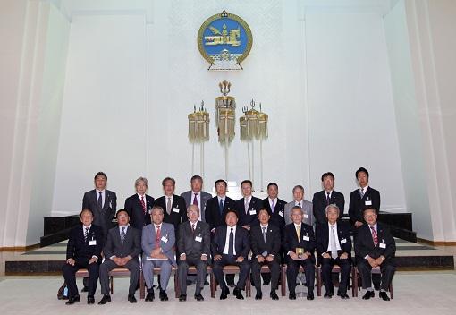 エルベグドルジ大統領(中央)と訪問団一行