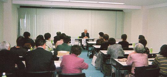 拉致事件の概要説明と支援を訴える横田滋氏と熱心に聞き入るFEC女性会員