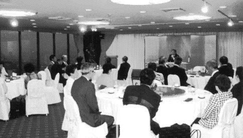 鈴木官房副長官の話を熱心に聞くFEC法人の企業代表者とFEC女性会員ら=名古屋市中区のホテルオークラレストランで