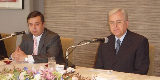 東京全日空ホテルにて、左がロシュコフ大使