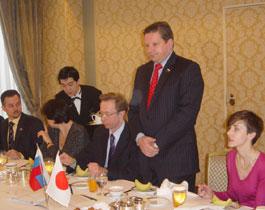 立ってあいさつのロシア青年議連会長のネフョードフ下院議員とその左はガルージン駐日ロシア代理大使