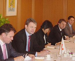 知事(左から2人目)を囲んでの第67回FECロシア問題研究会