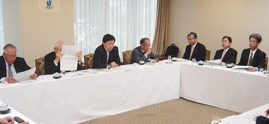 詳しい説明を行なう武藤顕外務省ロシア課長(左から3人目)