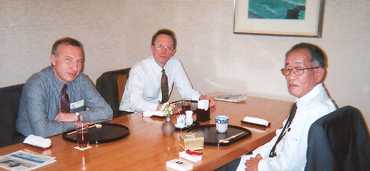 ガルージン代理大使、コスティン参事官と意見交換の埴岡副理事長=ホテルオークラ東京