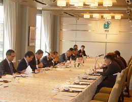 右側がガルージン公使ら大使館幹部、左はFEC日露文化経済委員、理事らの経済人