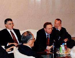 会議で説明に当たるガルージン公使(右から2人目)