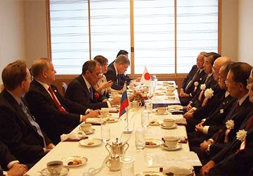 左側:ラブロフ外相等ロシア政府幹部、右側:内藤委員長らFEC役員