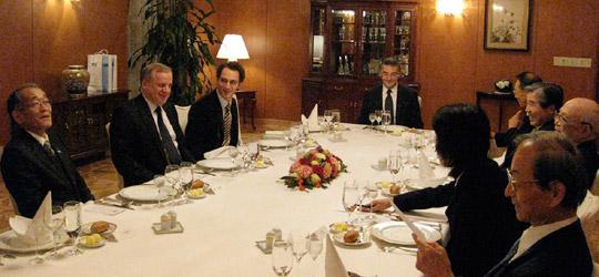左から2人目がベールィ駐日ロシア大使、テーブルの端はオヴェチコ公使(駐日ロシア連邦大使公邸)