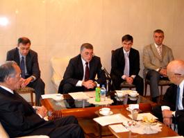 あいさつするオヴェチコ駐日ロシア公使と内藤委員長(右端)