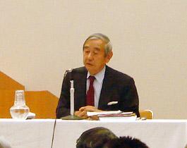 セミナーの講師として講演する谷野元駐中国大使