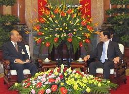 中垣喜彦団長(左)とサン国家主席(右)