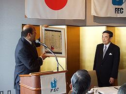 バドル大使から表彰状を授与される金川会長