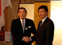 金川会長が受章後に大使(右)に御礼あいさつ