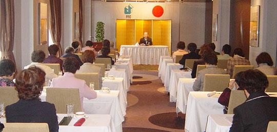 講義する埴岡FEC副理事長=東京全日空ホテル37階「アリエス」にて