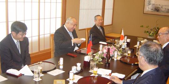 許世楷駐日台北代表を招き第83回国際問題懇談会(左側中央が許代表)