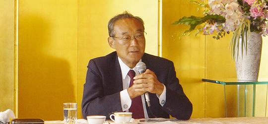 ゲストスピーカーとして4年間の郵政民営化実現への大任を果したその苦労話を語る生田正治初代日本郵政公社総裁