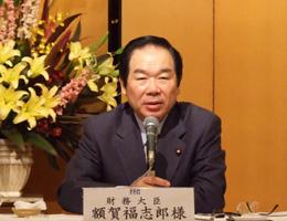 日本経済の現状などを熱っぽく話す額賀財務大臣