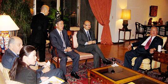 右から2番目が石川駐日ベネズエラ大使