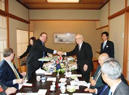 握手する内藤明人FEC副会長とNZ外相