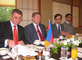 マルダノフ大臣(左から2人目)とホセイン大使(左)