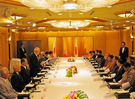 ティンレイ・ブータン王国首相歓迎午餐会で立って歓迎あいさつの内藤明人FEC副会長・リンナイ(株)会長