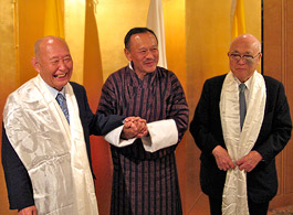 ティンレイ首相(中央)から内藤明人FEC副会長(右)と藤井裕久衆議院議員に記念品等が贈られた