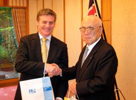 記念品を交換する内藤明人FEC副会長とビル・イングリッシュNZ副首相・財務大臣(左)