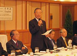 スピーチする笹森清FEC評議員会副議長・元連合会長
