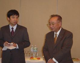 主催者を代表しあいさつの武藤高義日越委員長(右)