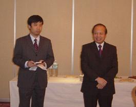 歓迎あいさつのカップ駐日ベトナム大使(右)