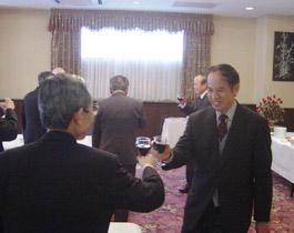 ケイ駐日公使と乾杯する湯下博之日越委員長代行