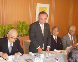 主催者を代表してあいさつの武藤高義日越委員長
