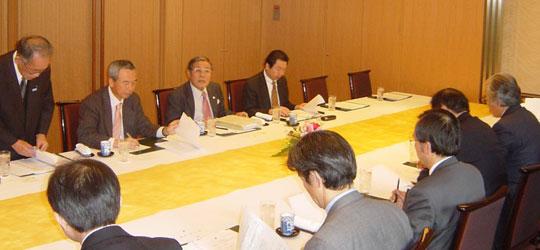 奥列左から3人目が元商社マンの講師の久澤克巳ベトナム協会理事=東京全日空ホテル