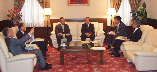 カップ大使(中央右)と種々協議の武藤委員長(中央左)、田中副委員長(左から2人目)、湯下委員長代行(右端)ら