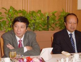 ヴィエット・ベトナム政治局員(左)とカップ駐日大使(右)