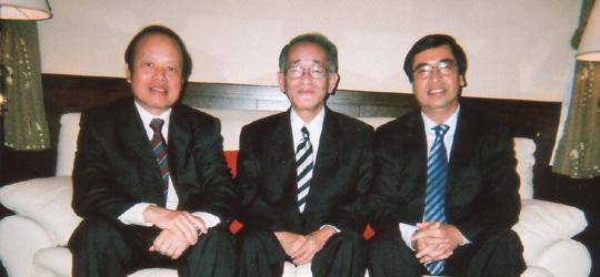 ビン・ベトナム外務次官(右)、埴岡副理事長、カップ駐日大使(左)