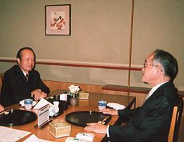 (1)埴岡副理事長主催の慰労会に出席のカップ駐日大使(左)