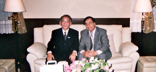 ビン大使と並んでの埴岡FEC副理事長=在日ベトナム大使館