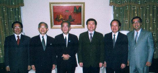 埴岡副理事長がホアン商工相(右から3人目)との会談を終えての記念撮影=在日ベトナム大使館