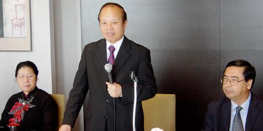 立ってあいさつのカップ前大使、左が夫人、右がビン駐日ベトナム大使(ANAインターコンチネンタル東京)