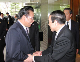 閉会後、マイン書記長を玄関まで歓送の金川FEC会長=ホテルオークラ東京本館玄関にて
