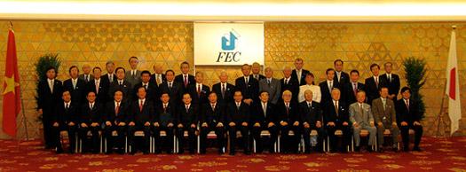 歓迎午餐会を終えてマイン書記長(中央)と金川会長(その右)を囲んでのFEC役員、ベトナム公式随員らも入っての記念撮影