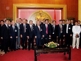 ヴィエット党政治局員を囲んでの記念写真